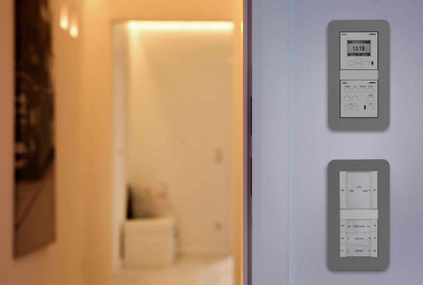 Дополнительная активация функций умного дома с помощью настенных выключателей и сенсоров повышает комфорт дома. Например, в случае когда вы не можете найти свой телефон по каким-либо причинам © Gira